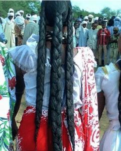 femme tchad aux cheveux crépus longs avec poudre de chebe