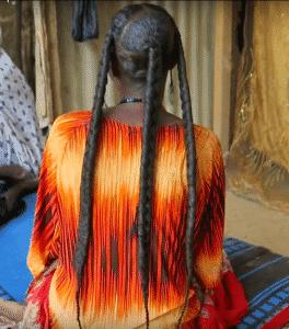 femme avec poudre de chebe sur les cheveux