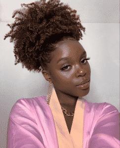 femme noire avec cheveux crepus